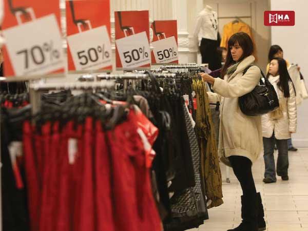 tiết kiệm chi phí du học Anh Mua sắm vào những dịp giảm giá theo mùa và đợt xả hàng