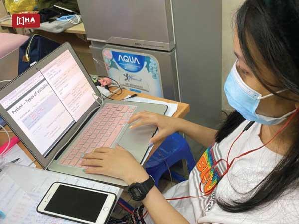 Thời gian học online vẫn được tính cho chương trình cấp giấy phép làm việc tại Canada
